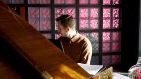 钢琴演奏家弹钢琴 接近的现有量 4K 已知的大平台钢琴 股票录像