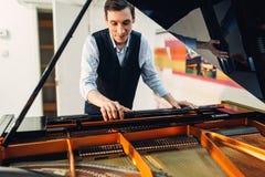钢琴演奏家在表现前设置大平台钢琴 库存图片