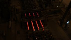 钢铁厂植物 金属管在金属工厂的生产线 热的钢管生产线 冶金学 滚动的金属 库存照片