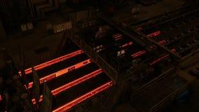 钢铁厂植物 金属管在金属工厂的生产线 热的钢管生产线 冶金学 滚动的金属 免版税库存照片