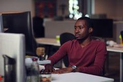 键入在膝上型计算机的人特写镜头在起始的办公室 库存图片