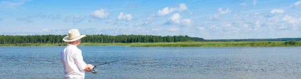 钓鱼在一转动在一个有偿的水库,长的照片 免版税库存图片