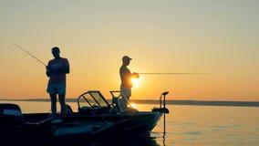 钓鱼在小船的人们 一条小船的两位渔夫 股票视频