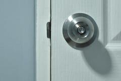 É botão de porta e porta branca imagens de stock royalty free