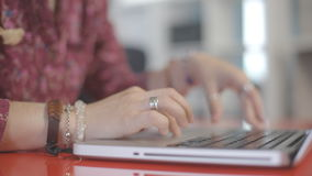 É imagem do close-up das mãos da mulher que datilografam no portátil video estoque