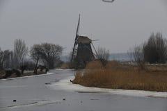 É inverno nos Países Baixos, o rio é congelado Fotos de Stock Royalty Free