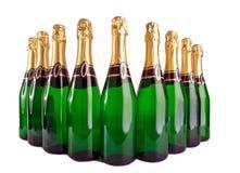 É muitas garrafas de vidro verdes com uma folha amarela Fotografia de Stock