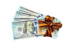 É muitos dólares na embalagem do presente, em um fundo branco Fotografia de Stock Royalty Free