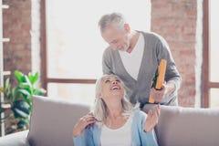 É o 8o do março! O marido feliz bonito está dando um amarelo Imagem de Stock