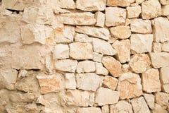 É uma parede exterior da fábrica de pedra, parte colocada em seco, parte colocada com almofariz imagens de stock royalty free