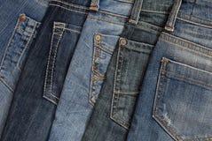 É uma pilha das calças de brim. Imagem de Stock Royalty Free