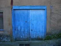 É uma porta azul imagem de stock