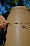 Ébarbage d'une lampe sur la roue de potier Photos stock