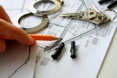 Ébauches et outils de construction sur la table Photos stock