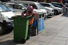 Éboueur en Chine, portier, récupération de place, déchets images stock