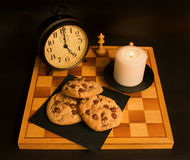 ébréchez le blanc d'isolement fait maison de cuvette de biscuits de café de chocolat photo libre de droits