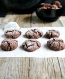 ébréchez le blanc d'isolement fait maison de cuvette de biscuits de café de chocolat Image libre de droits