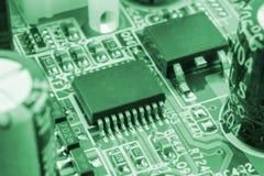 Ébréchez sur le mainboard de carte mère avec des contrôleurs, des ports et des fils, macro en gros plan modifié la tonalité photos libres de droits