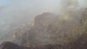 Ébullition, éclaboussant l'eau dans Hot Springs volcanique géothermique naturel banque de vidéos