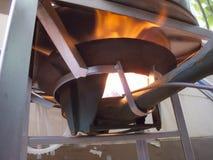 Ébullition dans le grand pot en aluminium photos stock