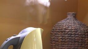 Ébullitions et commutateur électriques de bouilloire outre de bouton Fin vers le haut Fond de vase à favori banque de vidéos