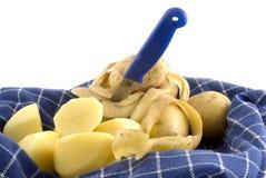 Écaillement de pommes de terre Photographie stock