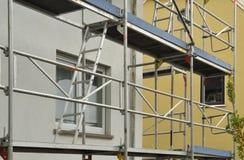 Échafaudage en métal au bâtiment résidentiel sous la rénovation photographie stock