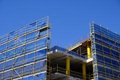 Échafaudage et revêtement bleu de sécurité sur la construction photo stock