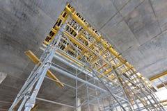Échafaudage large de vue à l'intérieur de la construction Photo stock