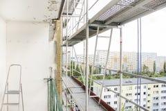Échafaudage réglé sur un gratte-ciel Images stock