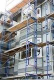 Échafaudage sur le logement en bois et de stuc Image stock