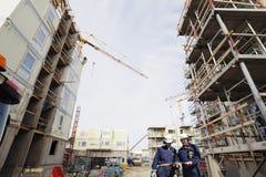 Échafaudages et ouvriers de construction Photographie stock libre de droits