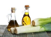 Échalotes et bouteilles d'huile d'olive sur la table Photographie stock libre de droits