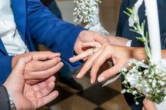 Échange d'anneaux de mariage d'église orthodoxe photographie stock libre de droits