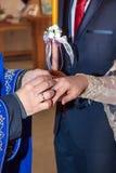 Échange d'anneaux de mariage d'église orthodoxe photographie stock
