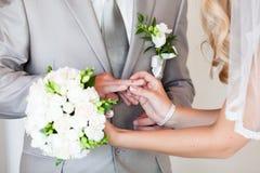 Échange d'anneaux de mariage Photographie stock