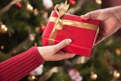 Échange de cadeau d'homme et de femme Image libre de droits