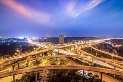 Échange de ville de Nanjing dans la tombée de la nuit, jonction de route de fond urbain d'autoroute urbaine, Chine Photos stock