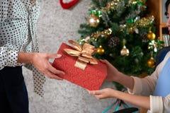 Échange des cadeaux de Noël photographie stock