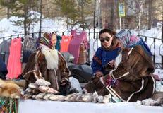 Échanges de Nenets des produits pendant des vacances Photographie stock