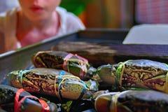 Échanges vivants de fruits de mer de concept de marché asiatique Compteur de boutique avec les crabes fraîchement pêchés vivants  photos stock