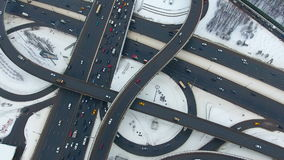 Échangeur Complétez en bas de la vue aérienne du trafic sur le passage supérieur énorme banque de vidéos