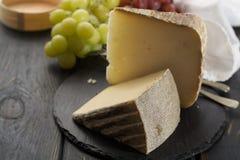 Échantillon de fromage à pâte molle Tomme de demi français antique des Alpes français Images libres de droits