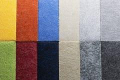 Échantillon de matériaux multicolores pour le panneautage insonorisé de mur dans la décoration intérieure photographie stock libre de droits