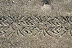Échantillon de pneu dans le sable Fond avec le sable fin beige Poncez la surface sur la plage, vue d'en haut Photos libres de droits