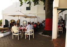 Échantillon de vin à la ferme de vin de Landskroon, Afrique du Sud Images stock