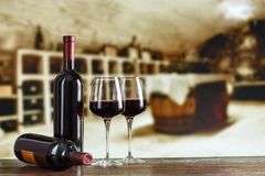 Échantillon de vin Cave avec la bouteille et les verres de vin avec le spac photos stock