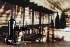Échantillon de vin Cave avec la bouteille et les verres de vin avec le spac photographie stock