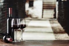 Échantillon de vin Cave avec la bouteille et les verres de vin avec le spac photo stock