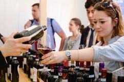 Échantillon de vin chez Vinum alba, Italie Image libre de droits